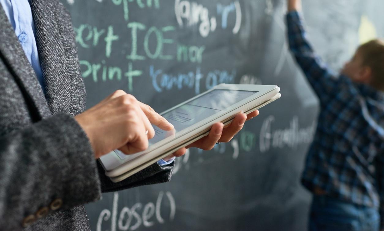 iPad og tavle i klasserommet.
